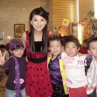 李湘和九拍学生合影